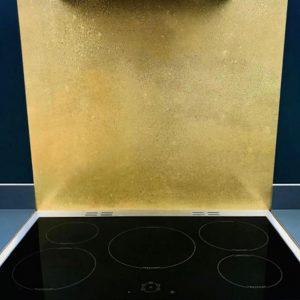 aged brass splashback above hob